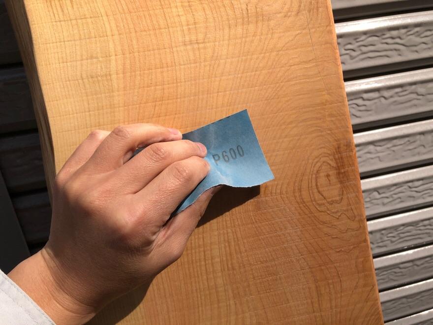 まずは紙やすりで軽く削る