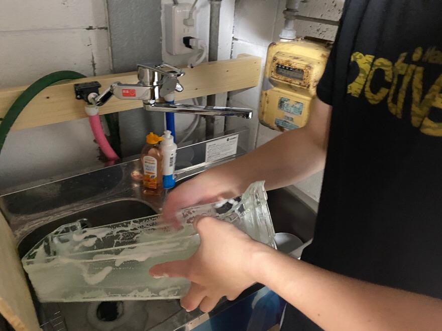 冷蔵庫を洗う